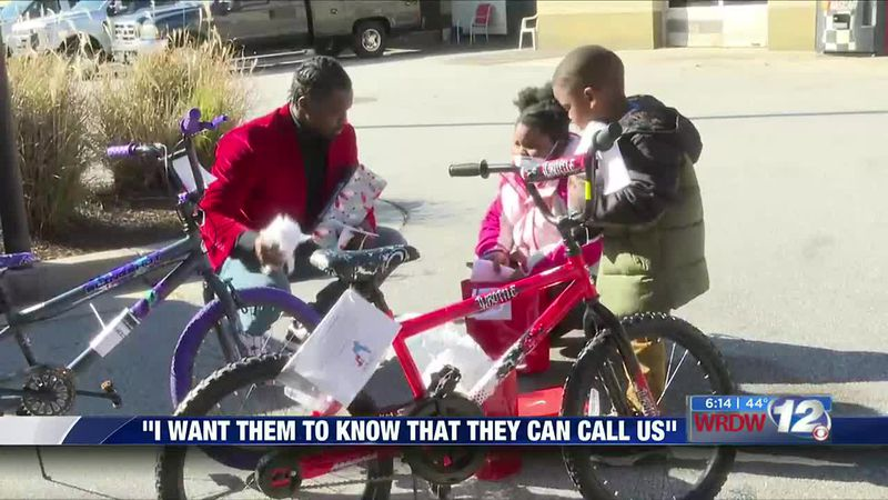 Homicide detective gives presents to local kids to give back