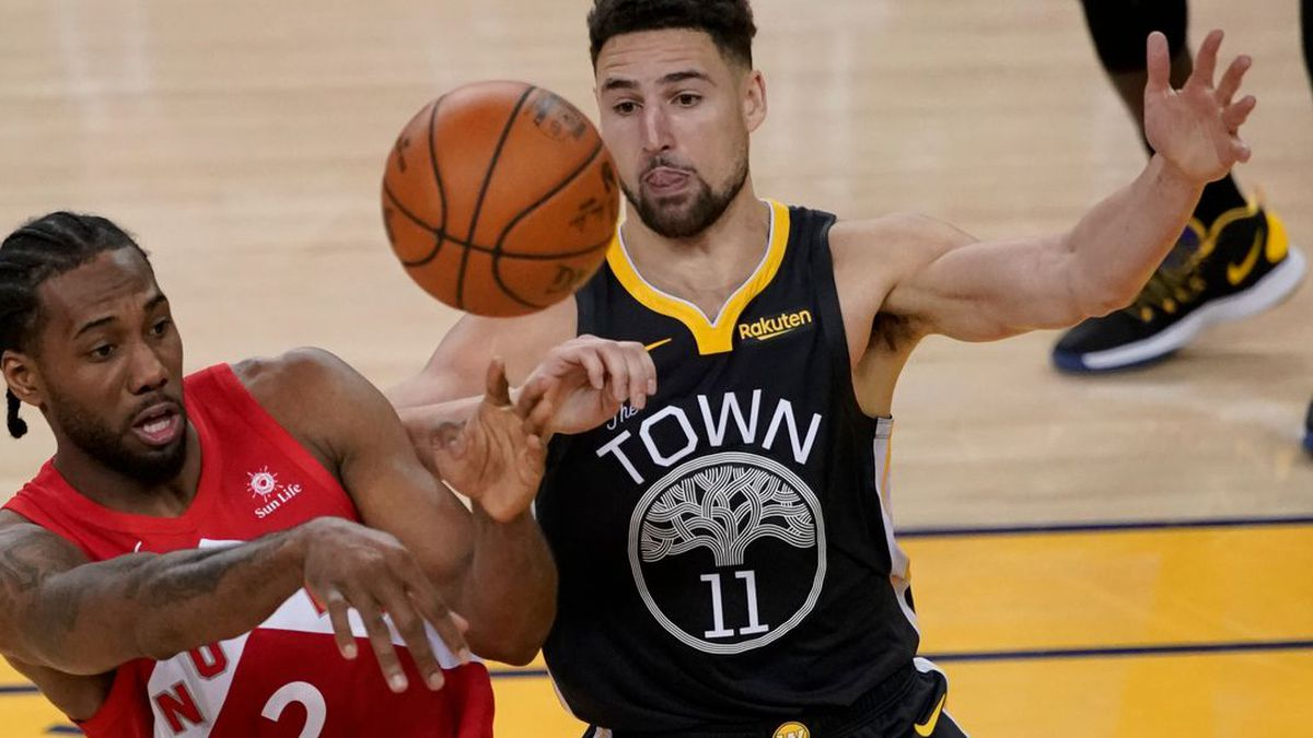 Toronto Raptors forward Kawhi Leonard (2) passes the ball in front of Golden State Warriors...
