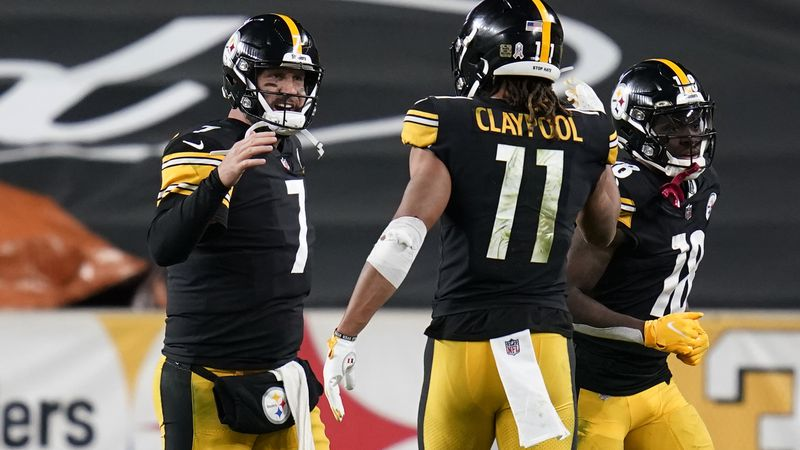 Pittsburgh Steelers quarterback Ben Roethlisberger (7) celebrates a touchdown pass to wide...